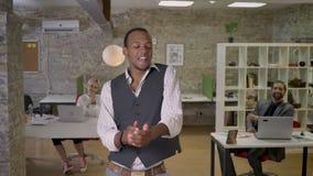Junger afrikanischer Geschäftsmann tanzt in Büro, Kollegen klatschen, bearbeiten Konzept, sich entspannen Konzept, Bewegungskonze stock video footage