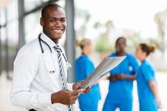 Junger afrikanischer Krankenhausarzt lizenzfreies stockbild
