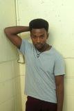 Junger afrikanischer Mann, der auf Betonmauer aufwirft Lizenzfreie Stockfotografie