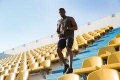 Junger afrikanischer Mannläufer im Sport kleidet Betrieb unten a Lizenzfreie Stockfotografie