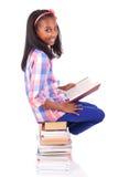 Junger afrikanischer Student getrennt auf weißem Hintergrund stockfoto