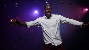 Junger afro-amerikanischer Mann tanzt und hat Spaß stock footage