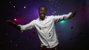 Junger afro-amerikanischer Mann tanzt und hat Spaß Langsame Bewegung stock footage