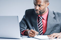 Junger Afroamerikaner-Geschäftsmann-Being Sneaky On-Laptop Stockfotografie
