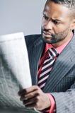 Junger Afroamerikaner-Geschäftsmann-Being Sneaky On-Laptop Stockbild