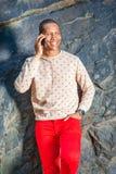 Junger Afroamerikaner-Mann, der am Handy am Park in neuem spricht lizenzfreies stockbild