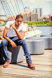 Junger Afroamerikaner-Mann, der in New York, denkendes outsi reist Lizenzfreie Stockfotografie