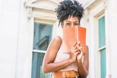 Junger Afroamerikaner-weiblicher Student, der in neuem Yo studiert lizenzfreies stockbild