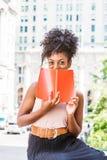 Junger Afroamerikaner-weiblicher Student, der in neuem Yo studiert stockbild