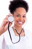 Junger Afroamerikanerdoktor mit einem Stethoskop - schwarze Menschen Stockfotos