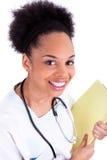 Junger Afroamerikanerdoktor mit einem Stethoskop - schwarze Menschen stockfotografie