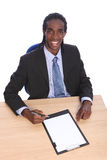 Junger Afroamerikanergeschäftsmann am Büroschreibtisch Stockfoto