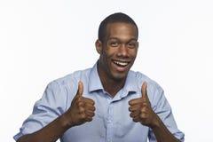Junger Afroamerikanermann, der Daumen, horizontal aufgibt Lizenzfreie Stockfotografie