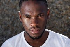 Junger Afroamerikanermann mit dem Schweiß, der hinunter Gesicht tropft Lizenzfreies Stockfoto