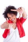 Junger Afroamerikanerphotograph, der Rahmengeste mit t macht Stockfoto