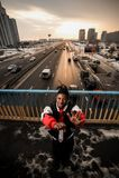Junger afroer-amerikanisch Mann, der emotional auf den Hintergrund gestikuliert Stockfoto