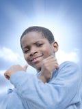 Junger Afrojunge, Sonnenschein und sonniger Tag Lizenzfreie Stockfotografie