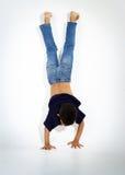 Junger aktiver afroer-amerikanisch Junge, der Gymnastik tut Stockbilder