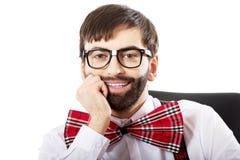 Junger altmodischer Mann, der durch einen Schreibtisch sitzt Lizenzfreie Stockfotografie