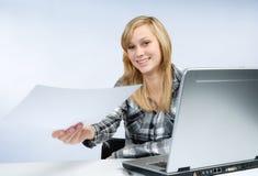 Junger Angestellter übergab ein Dokument Lizenzfreie Stockfotos