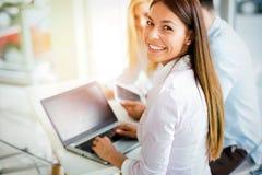 Junger Angestellter, der an Computer während des Arbeitstages im Büro arbeitet lizenzfreies stockfoto