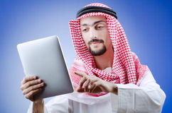 Junger Araber mit Tablette Stockfoto