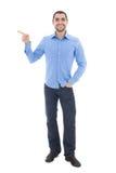 Junger arabischer Geschäftsmann im blauen Hemd, das auf etwas ISO zeigt lizenzfreie stockbilder