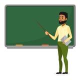 Junger arabischer Lehrer in der modernen Kleidung, die in der Schule nahe Tafel im Klassenzimmer, im College oder in der Universi Lizenzfreies Stockfoto