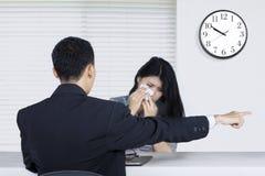 Junger Arbeitnehmer gefeuert im Büro Stockfotografie
