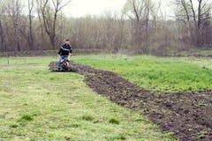 Junger Arbeitnehmer kultiviert den Boden Lizenzfreie Stockfotografie