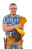 Junger Arbeitnehmer mit den Werkzeugen, welche die Kamera lokalisiert betrachten Lizenzfreie Stockbilder