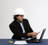 Junger Architekt bei der Arbeit stockbild