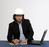 Junger Architekt bei der Arbeit lizenzfreies stockbild