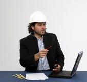 Junger Architekt bei der Arbeit stockfotografie