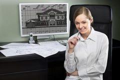 Junger Architekt an ihrem Arbeitsplatz Stockfotografie