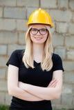 Junger Architekt mit gelbem Sturzhelm Stockfotos