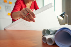 1 junger Architekten-College Student Doing-Hausarbeit-Zeichnungs-Plan Lizenzfreie Stockfotos