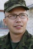 Junger Armeejüngsterer sohn mit Gläsern lizenzfreies stockfoto