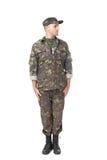 Junger Armeesoldat, der in der Aufmerksamkeit steht stockfotos