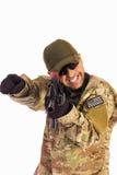 Junger Armeesoldat, der Position angreift lizenzfreies stockfoto