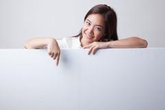 Junger Asiatinpunkt zu einem leeren Zeichen Stockbilder