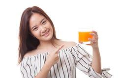 Junger Asiatinpunkt zum Orangensaft Lizenzfreies Stockfoto