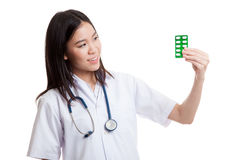 Junger asiatischer Ärztinblick auf Blisterpackung Tabletten Lizenzfreies Stockbild