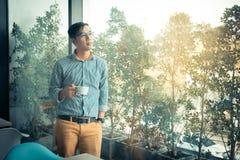 Junger asiatischer Geschäftsmann kleidete in gla Auge der zufälligen Art und der Abnutzung an stockfotografie