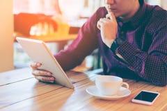 Junger asiatischer hübscher Geschäftsmann beim Ablesen seins konzentriert Lizenzfreie Stockbilder