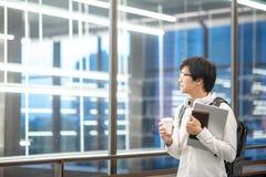 Junger asiatischer Hochschulstudent im College stockfotos