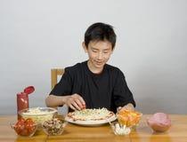 Junger asiatischer Junge, der Pizza bildet Lizenzfreies Stockfoto