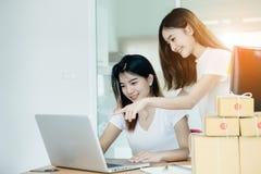 Junger asiatischer Mädchenfreiberufler Stockfoto