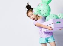 Junger asiatischer M?dchengriff-Kaktusballon im rosa und purpurroten Blumenpastellkasten hergestellt von den gr?nen runden Ballon lizenzfreie stockbilder