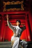 Junger asiatischer Mann beim Vorbereiten für einen Kampf Stockfoto